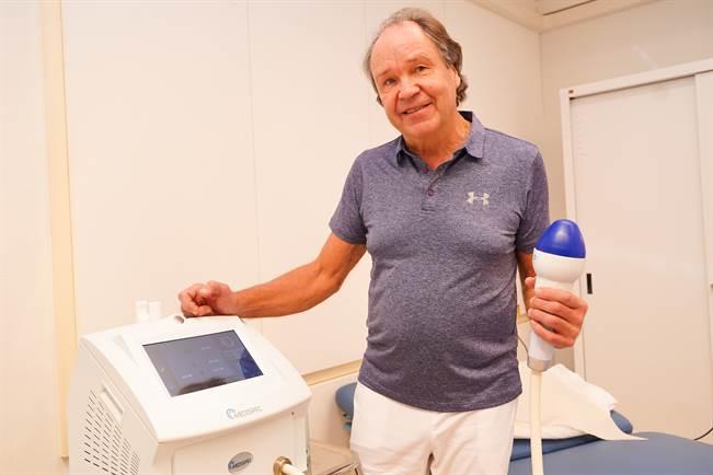 Urologi Timo Hakala esittelee laitetta, joka lisää paisuvaiskudoksen verisuonitusta, ja saa veren kiertämään genitaalialueella.