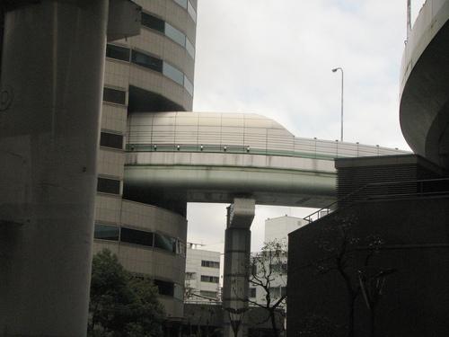 perierga.gr - Δρόμος μέσα σε κτήριο