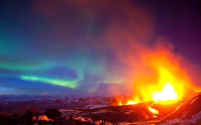 Perierga.gr - Έκρηξη ηφαιστείου με φόντο το Βόρειο Σέλας