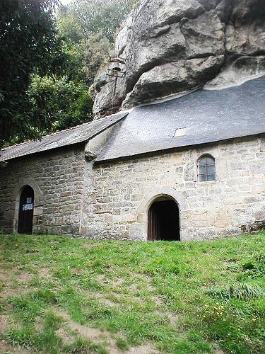 perierga.gr - Το ιερό εκκλησάκι του βράχου!