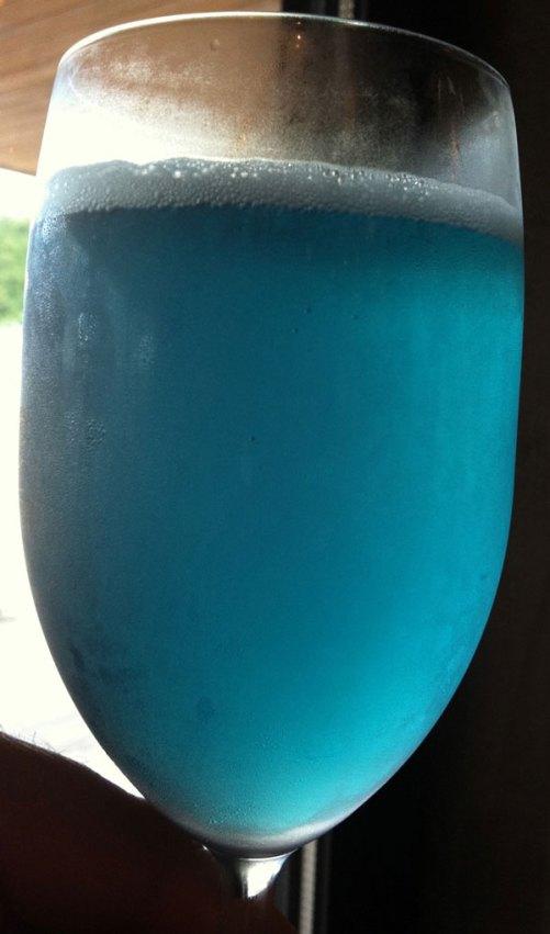 perierga.gr - Μπλε... μπύρα!