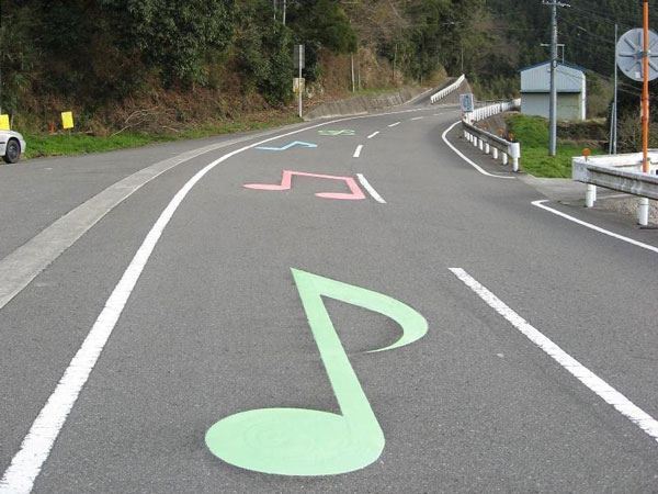 perierga.gr - Δρόμοι παίζουν... μελωδίες στο πέρασμα των αυτοκινήτων!