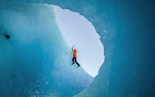 perierga.gr - Σκαρφαλώνοντας τα παγόβουνα της Ισλανδίας!
