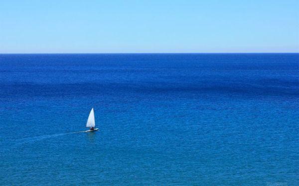 perierga.gr - Γιατί η θάλασσα έχει χρώμα ενώ το νερό είναι διάφανο;