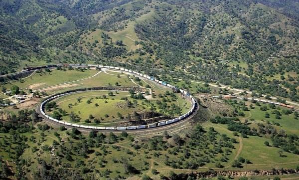 perierga.gr - Σιδηροδρομική γραμμή επιτρέπει στο τρένο να περνά πάνω από τον εαυτό του!
