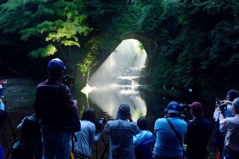Perierga.gr - Σε αυτή τη σπηλιά δημιουργείται μια καρδιά με το φως του ήλιου!