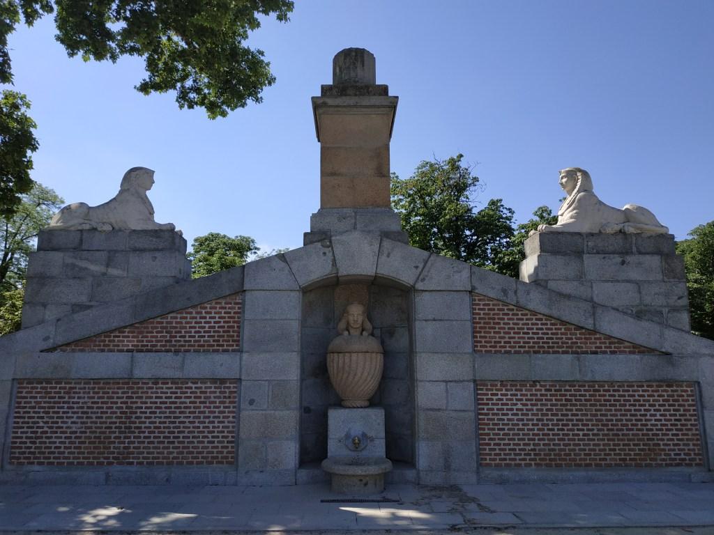 fuente-egipcia-tripona-vaso-canopo-dioses-egipcios-esfinge-osiris-monumento-madrid-jardines-buen-retiro-parque-historia