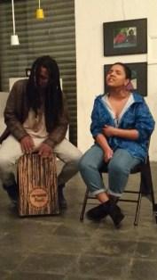 Nayra Lays canta em sarau improvisado no Instituto Black Bom (foto: Periferia em Movimento)