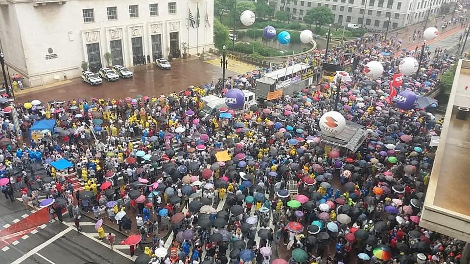#Sextou: Embaixo de chuva, servidores em greve emparedam Covas