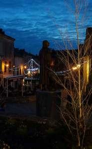 Bergerac - Cyrano domine la place Pélissière toute illuminée.