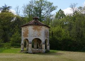 """Le """"pigeonnier"""" de Queyssac, un silo à grains datant du XVI ème siècle (Crédit photographique : Mcweb)"""