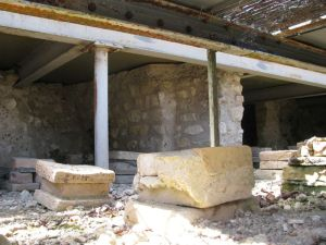 Villa gallo-romaine de Montcaret (Dordogne). Vestiges de l'hypocauste et plancher de soutien des mosaiques de la grande salle à abside (CC by Ursus, travail personnel)