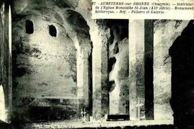 Carte postale ancienne : on distingue encore des tombes dans l'église monolithe St-Jean d'Aubeterre.