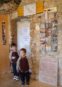 Bastien et Baptiste devant la porte qui mène à la grotte