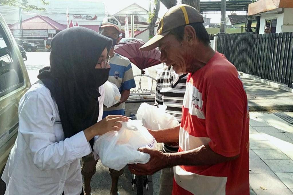 Dinas Perikanan Memberikan Paket Percontohan Ikan Untuk Masyarakat Terdampak Covid19