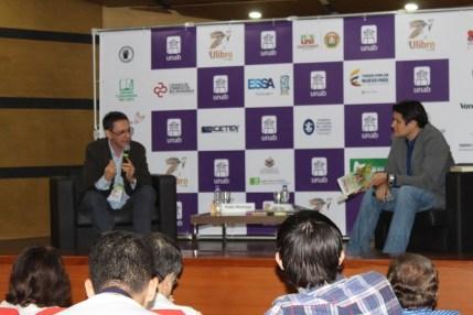 Pablo Montoya Campuzano, acompañado del moderador Julián Mauricio Pérez Gutiérrez, profesor del programa de Literatura Virtual de la Unab.