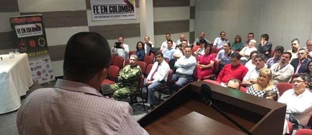 """Andrés* frente al grupo de em- presarios que participó en foro """"Roles y retos del sector em- presarial frente al proceso de desarme, des- movilización y reintegración (DDR)"""", organiza- do por la Agencia Colombiana para la Reintegración, en Bucaramanga. / FOTO ACR"""