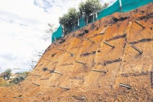 Entre varillas de hierro, toneladas de piedra y cemento, se busca frenar la erosión en la ciudad. Esta técnica se aplica en la frágil escarpa del sector del barrio Santander, en la comuna 4. / FOTO CATALINA SERRANO ORDÓÑEZ