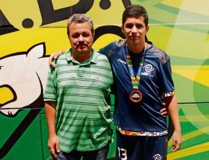 Farid Jaimes Camacho junto a su papá Ludwing Jaimes García. En su pecho cuelga la medalla de bronce obtenida en los Juegos Parapanamericanos Juveniles en Brasil. / FOTO KEVIN CALA PÁEZ