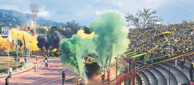 Barras bravas en el estadio 'Alfonso López'. /FOTO ARCHIVO