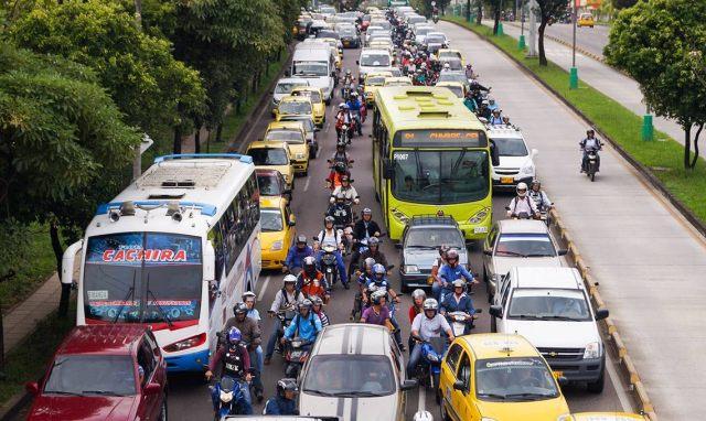 Según Yani León Castañeda, directora del programa Bucaramanga Metropolitana Cómo Vamos, a futuro el Gobierno tendrá que subsidiar el servicio de transporte público, teniendo en cuenta que no hay control frente a la venta de motos y éstas resultan más económicas que movilizarse en sistemas como Metrolínea. / FOTO ARCHIVO PERIÓDICO 15