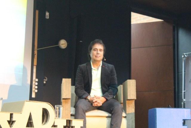 Cesar Augusto Londoño, dirigió la charla 'Entre saltos y letras' haciendo un formato parecido a el programa Acceso de Win Sport. FOTO/ FRANCIA ANGARITA