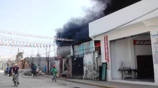 (VIDEO): Fuerte incendio consume una fábrica de muebles en Chalco
