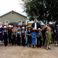 Gobernador entrega tramo carretero en Fresnillo y convive con Menonitas