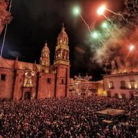 ¡Viva Zacatecas! ¡Viva México! arenga Gobernador en una Plaza de Armas abarrotada por miles de Zacatecanos