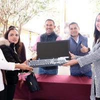 Entregan becas y equipamiento del 2X1 a estudiantes de Cuauthémoc