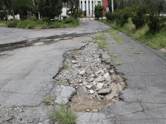 Piden vecinos la reparación del pavimento en calles de la colonia