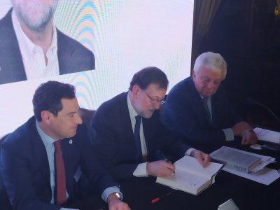 Mariano Rajoy firmando unos ejemplares