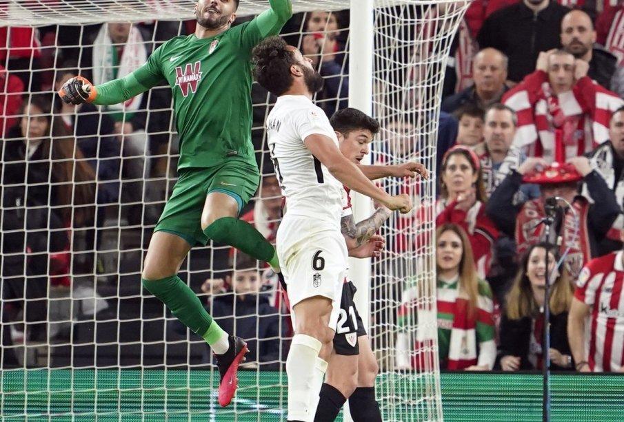 Rui Silva despeja un balón en una jugada del chocque