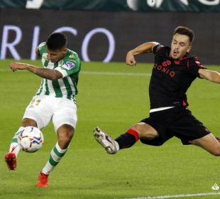 Tello golpea el balón ante la presencia rival | Foto: La Liga