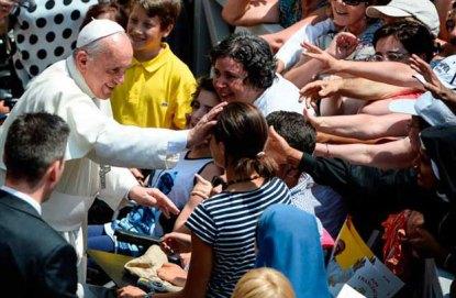 Papa-Francisco-con-gente-AFP1