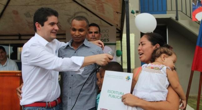 Ministro de Vivienda, Luis Felipe Henao Cardona, durante la entrega de viviendas gratis en Necoclí, Antioquia.