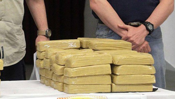 ASU01. ASUNCIÓN (PARAGUAY), 15/01/2015.- El titular de la Secretaria Nacional Antidrogas (Senad), Luis Rojas (i) y el fiscal interviniente Marcelo Pecci (d) presentan evidencias hoy, 15 de enero de 2015, en Asunción (Paraguay). Paraguay anunció el desmantelamiento de una estructura internacional de narcotráfico tras la incautación de 350 kilos de cocaína en una avioneta boliviana, un operativo en el que fueron detenidas cinco personas. El decomiso se produjo en la tarde del miércoles, cuando agentes antinarcóticos abrieron fuego contra una avioneta que se disponía a despegar en un explotación rural en la localidad de Loreto, a 35 kilómetros de la norteña ciudad de Concepción. EFE/Andrés Cristaldo