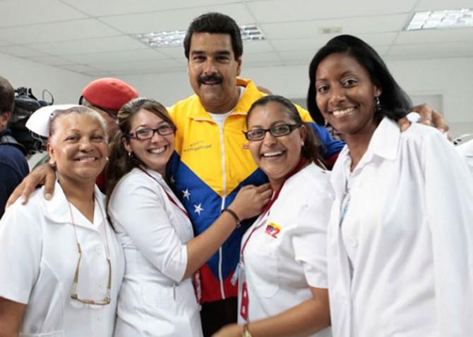 Nicolas-Maduro-con-medicos-cubanas