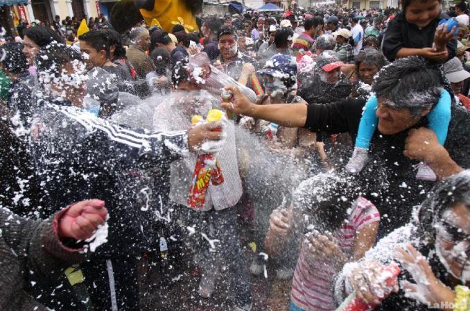 quiso-aprovecharse-del-carnaval-20120220071628-4a0abfb4375eaa0ec0d549466e33f8bf