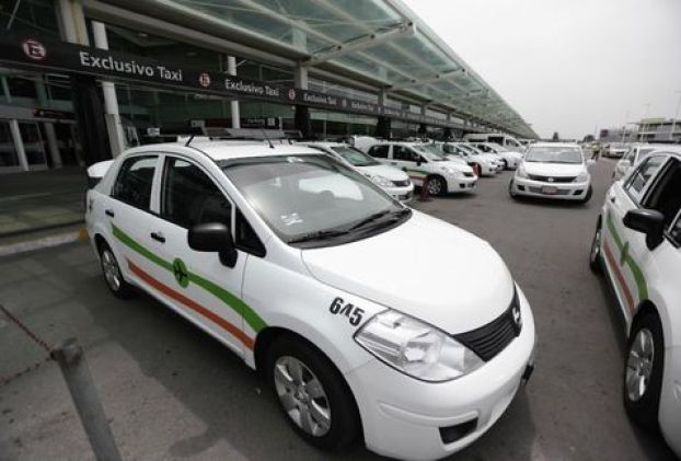 Taxistas-Aeropuerto-impidieron-choferes-Uber_MILIMA20150730_0300_8