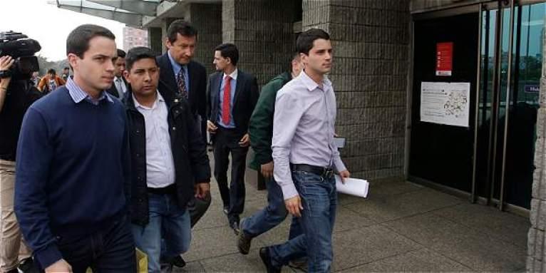 Tomás-y-Jerónimo-Uribe-se-presentaron-en-la-Fiscalía