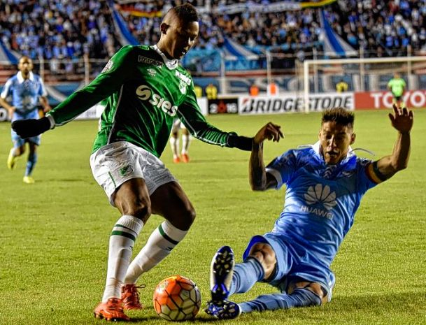 Harol Preciado (L) of Colombia's Deportivo Cali vies for the ball with Nelson Cabrera (R) of Bolivia's Bolivar, during their Libertadores Cup football match at Hernando Siles stadium in La Paz Bolivia, on March 03, 2016. AFP PHOTO/AIZAR RALDES