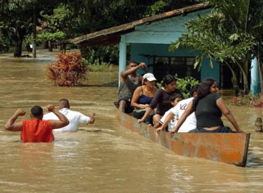 BOG11 - CANDELARIA (COLOMBIA), 27/11/08.- Habitantes del corregimiento Domingolargo, ubicado en la v'a entre el municipio colombiano de Candelaria y la ciudad de Cali, salen en lanchas de sus viviendas inundadas, luego de que el rio Cauca se saliera de su curso en la madr