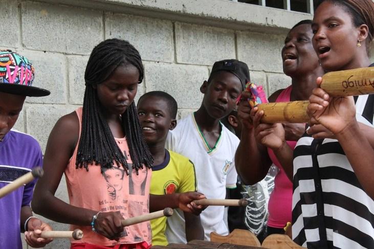 Lincie tocando la marimba con su comunidad, Limones 07.10.2015 - copia