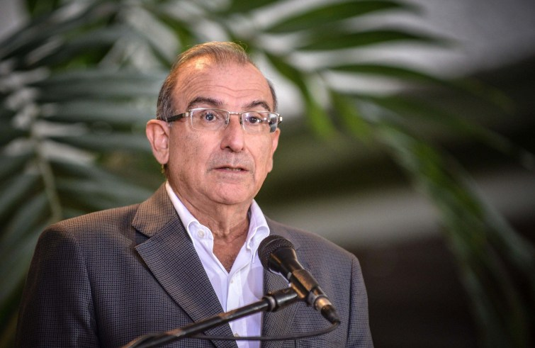 The head of the Colombian government's peace talks delegation, Humberto de la Calle, delivers a press conference, on February 10, 2013 in Havana.   AFP PHOTO/ADALBERTO ROQUE