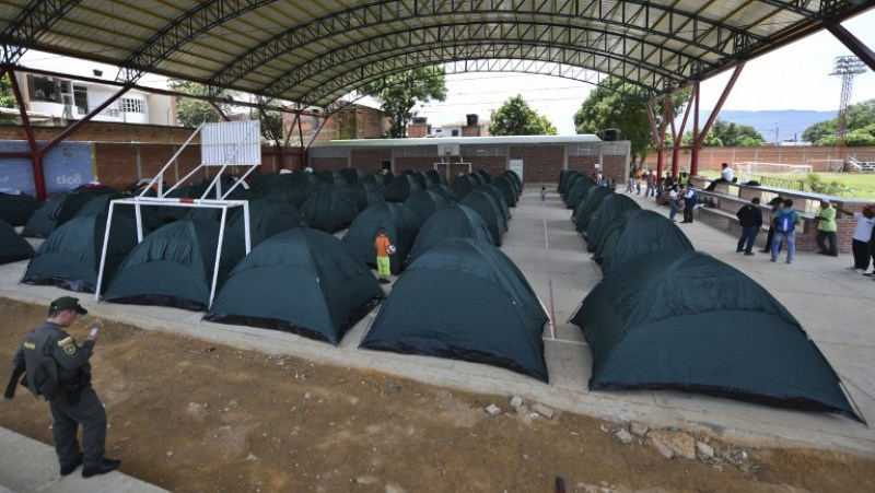 Picture taken on August 27, 2015 of the Bella Vista shelter mounted in Cucuta, for the Colombians who were deported or left Venezuela on their own will after Venezuelan President Nicolas Maduro order to close the border. Hundreds of Colombians are fleeing Venezuela, opting to leave the country with their belongings rather than be deported empty-handed like more than 1,000 people sent home in an escalating border crisis. Maduro ordered the border between Tachira and the Colombian department of Norte de Santander closed last week in response to an attack by unidentified assailants on a military patrol, which wounded a civilian and three soldiers on an anti-smuggling operation. AFP PHOTO/ LUIS ACOSTA