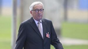 Juncker se tambalea en la cumbre de la OTAN como si estuviera borracho