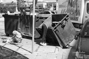 España: Cada vez más gente recurre a buscar comida en los contenedores de la basura