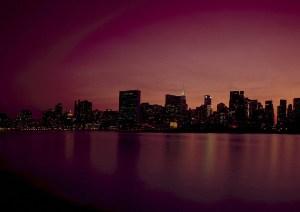 Una misteriosa luz azul ilumina la ciudad de Nueva York durante la noche