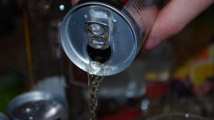 """""""Me advirtieron, pero no escuché"""": Mujer afirma que la adicción a las bebidas energéticas dañó tanto su corazón que tuvo que implantarse un marcapasos"""